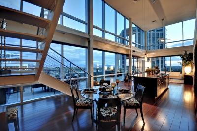 A parte interna de um apartamento penthouse