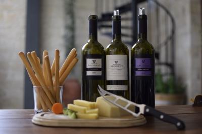 imagem de vinhos, queijos e outros como representação de adega